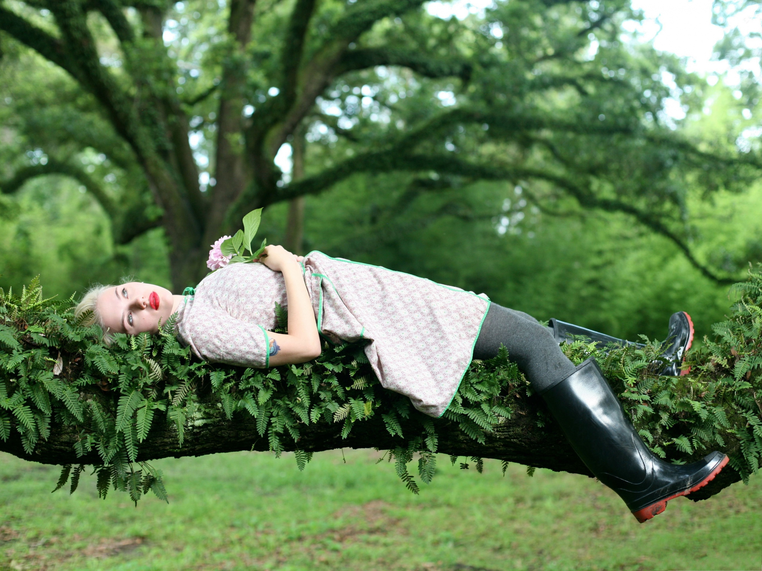click to free download the wallpaper--Amazing Girls Picture, Lying on Tree Branch, in Rubber Boots 3200X2400 free wallpaper download