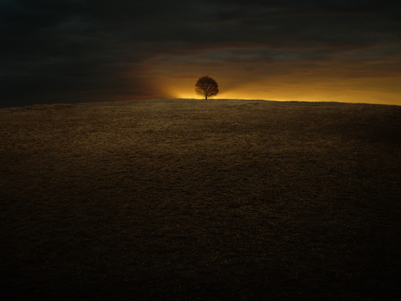 click to free download the wallpaper--Amazing Pic of Landscape, the Setting Sun, the Last Sunlight Will Soon be Gone