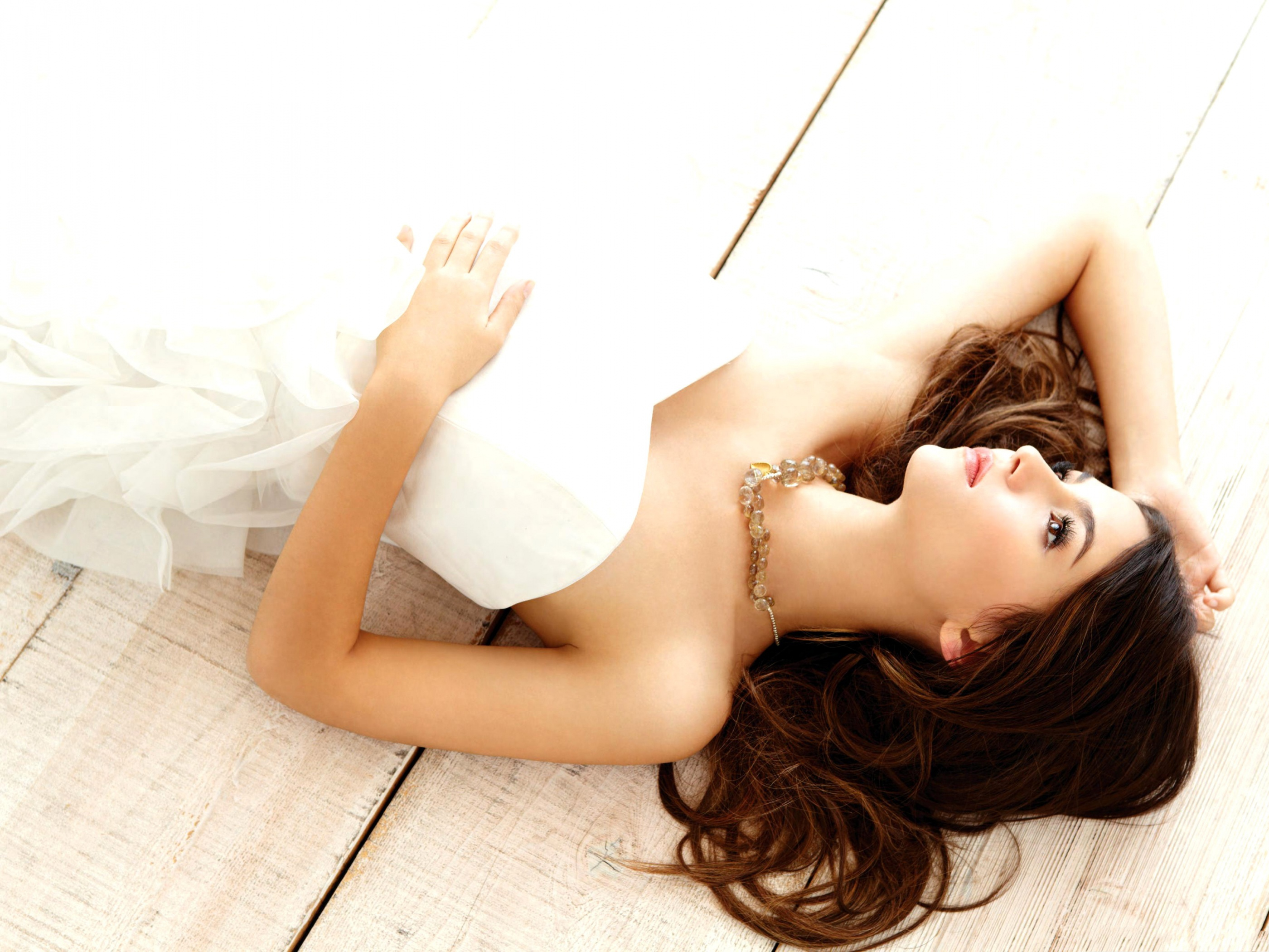 click to free download the wallpaper--Beautiful Girl Photography, White Wedding Dress, Lying on Floor 2800X2100 free wallpaper download