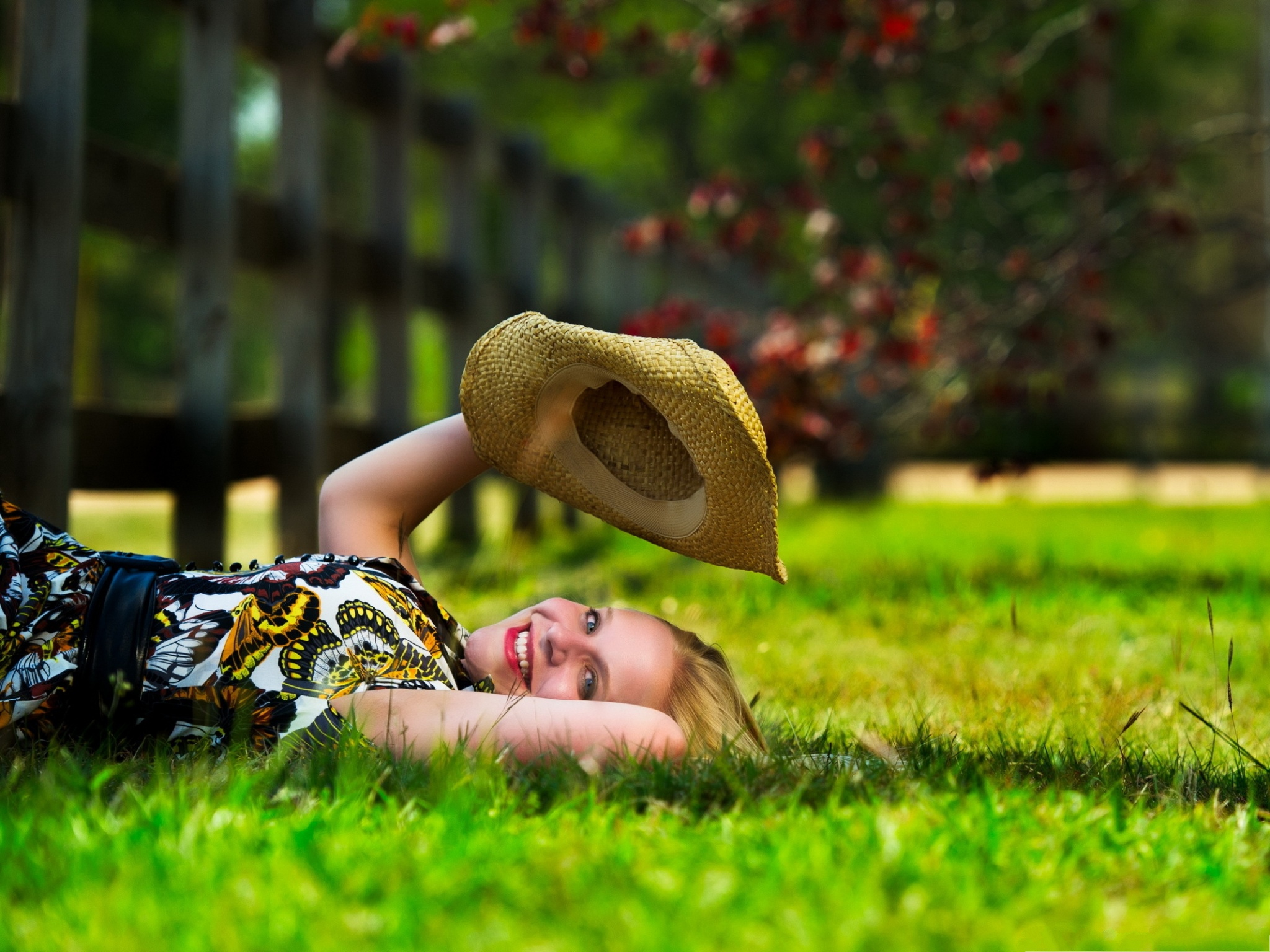 click to free download the wallpaper--Beautiful Girls Picture, Smiling Girl Lying on Green Grass, Playing with Hat 2048X1536 free wallpaper download