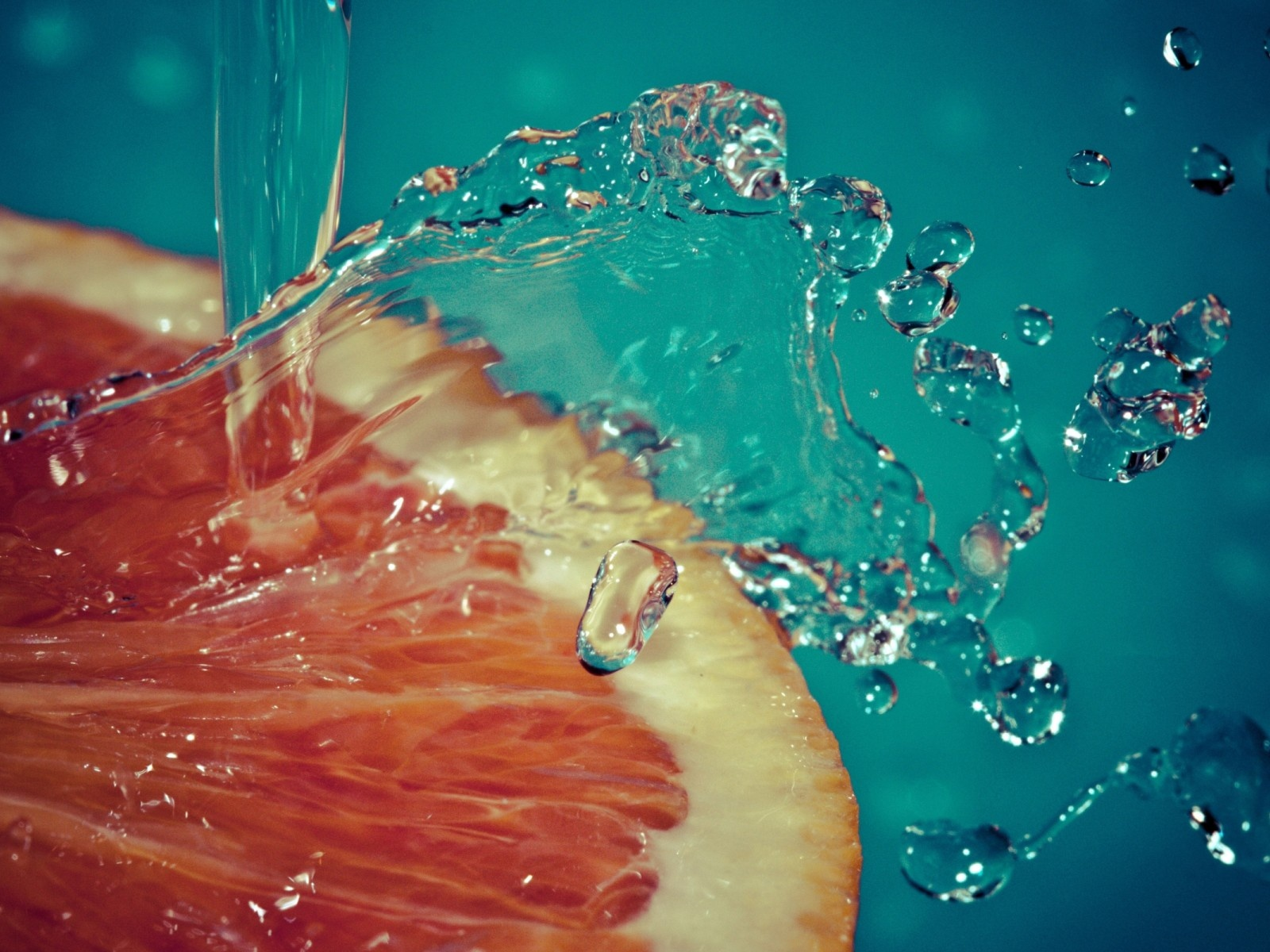 click to free download the wallpaper--Beautiful Image with Fruits, Orange Slice, Crystal Clear Water Splash