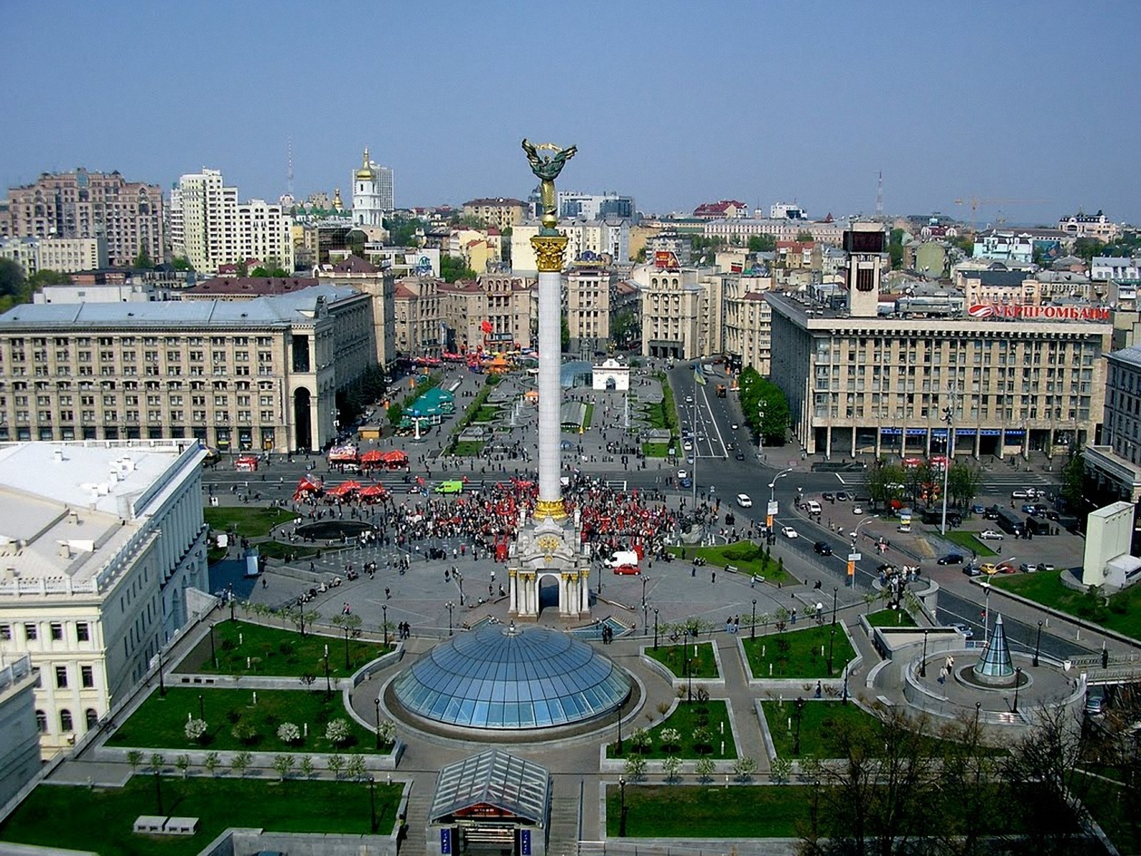 click to free download the wallpaper--Beautiful Images of Landscape, Kiev Square, Crowded People and Buildings, the Blue Sky