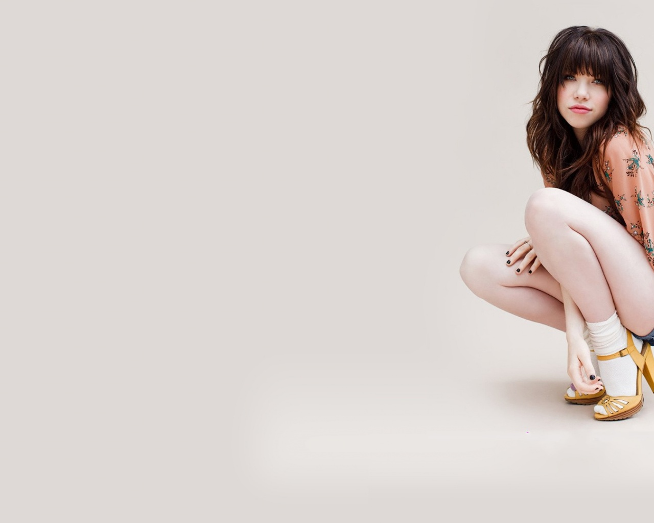 click to free download the wallpaper--Beautiful Lady Post, Carly Rae Jepsen in Hot Dress, Shoes in High Heel 1280X1024 free wallpaper download