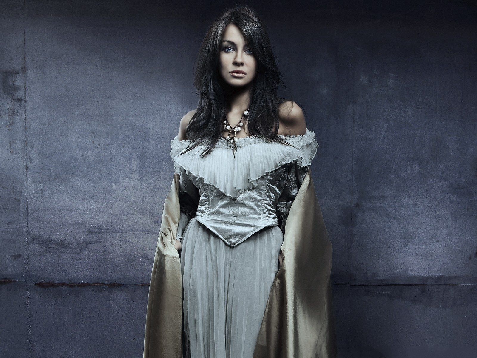 click to free download the wallpaper--Free Girls Wallpaper, Classic Woman in White Dress, Black Curly Hair 1600X1200 free wallpaper download