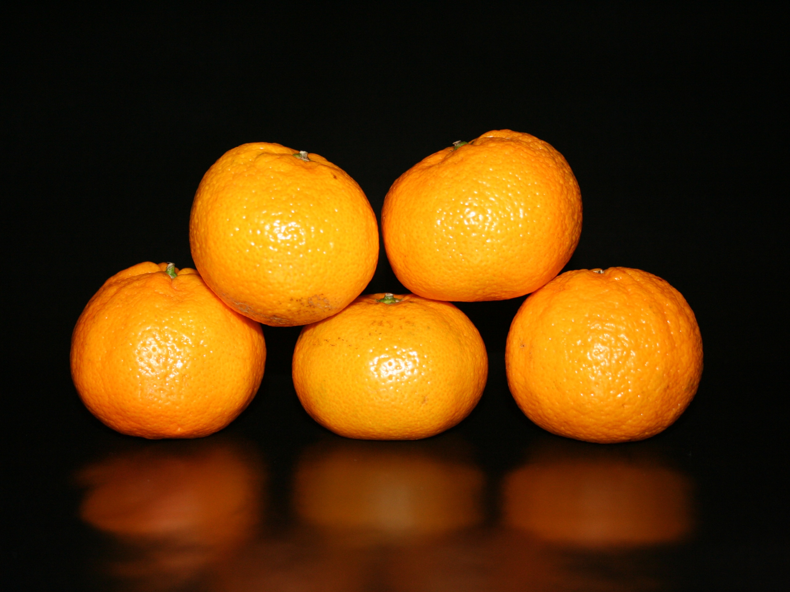 click to free download the wallpaper--Fresh Fruits Image, Five Oranges, Freshly Picked, Glowing Effect 2560X1920 free wallpaper download
