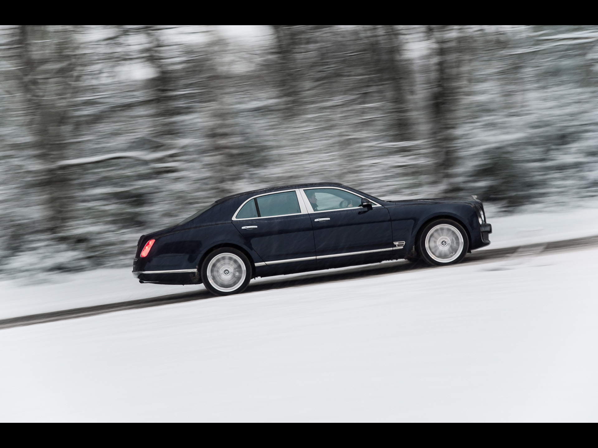 click to free download the wallpaper--Graceful Cars Image of Bentley Mulsanne, on a Snowy Slope, Trees Sweeping Past 1920X1440 free wallpaper download