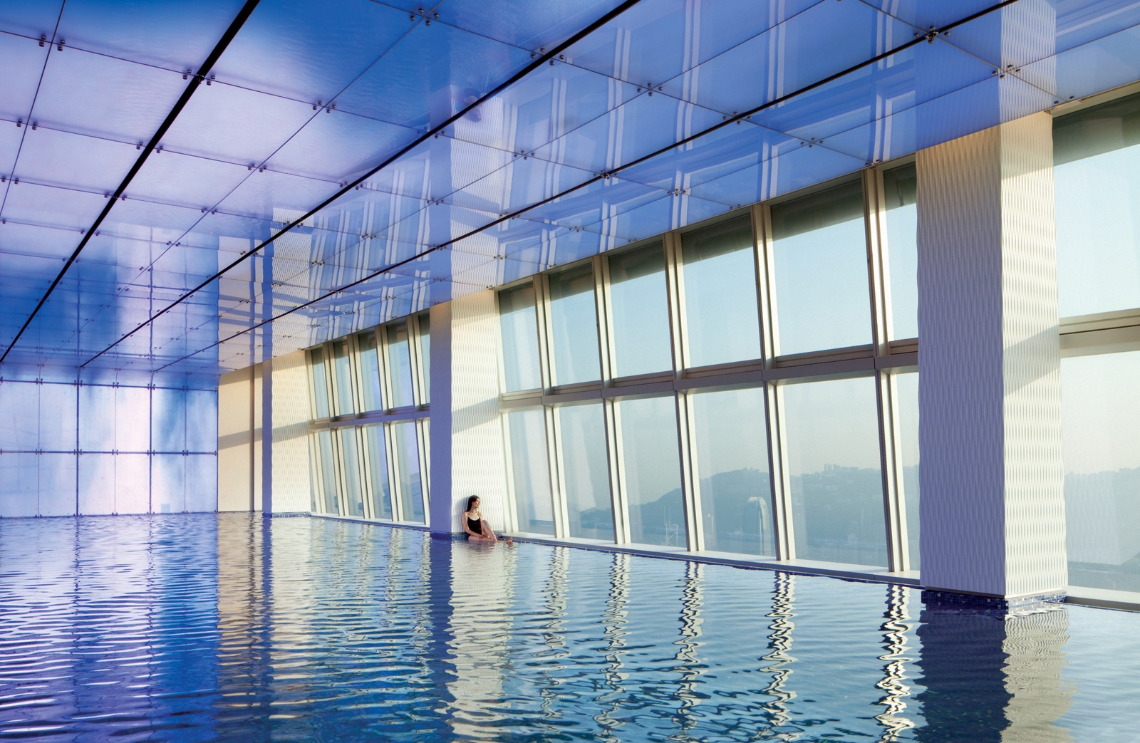 click to free download the wallpaper--Hong Kong Ritz-Carlton Hotel Swimming Pool 1600X1043 free wallpaper download