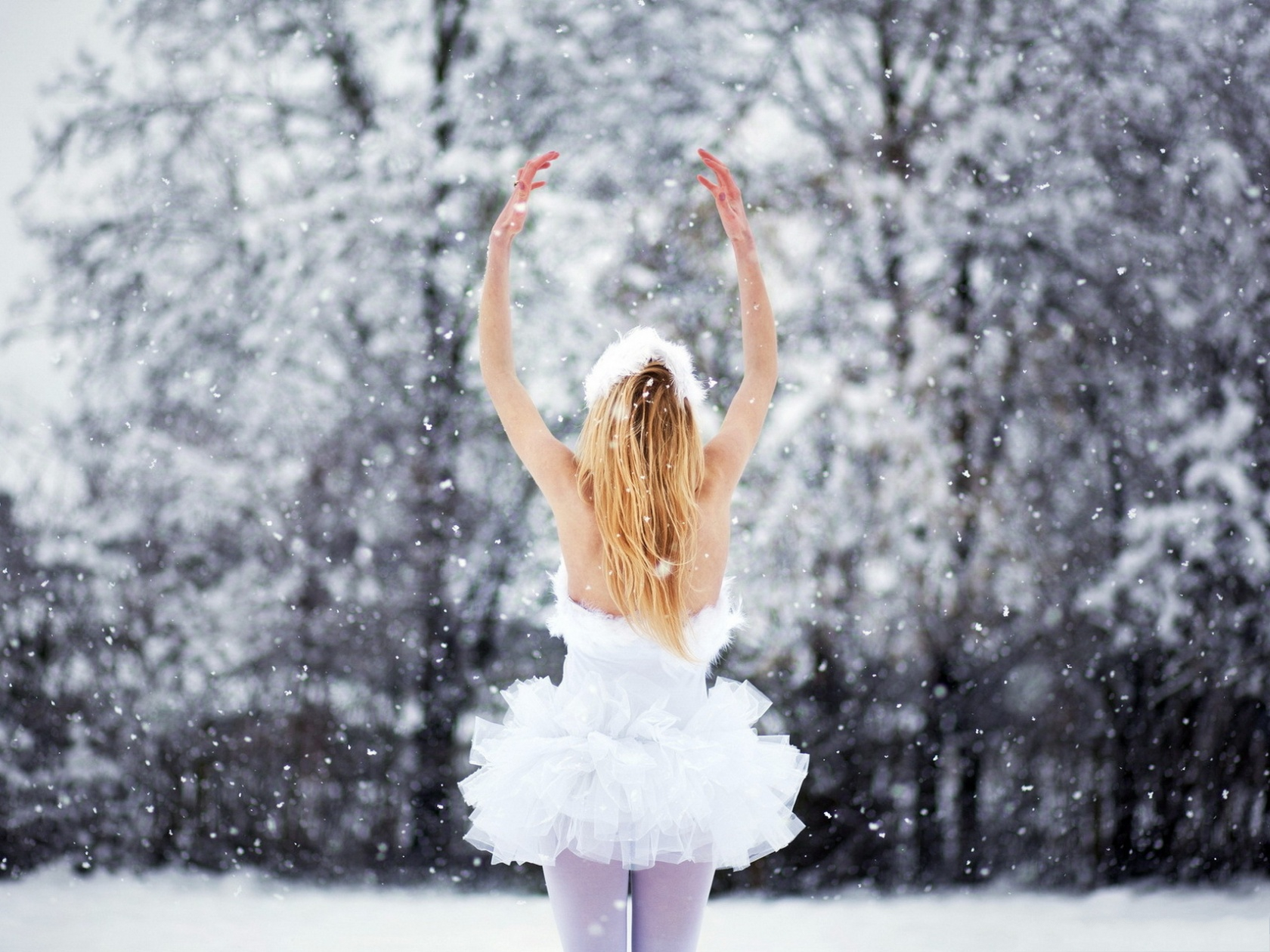 click to free download the wallpaper--Hot Girls Photo, in Short White Dress, Dancing in the Snow, the Pure Angel 1600X1200 free wallpaper download