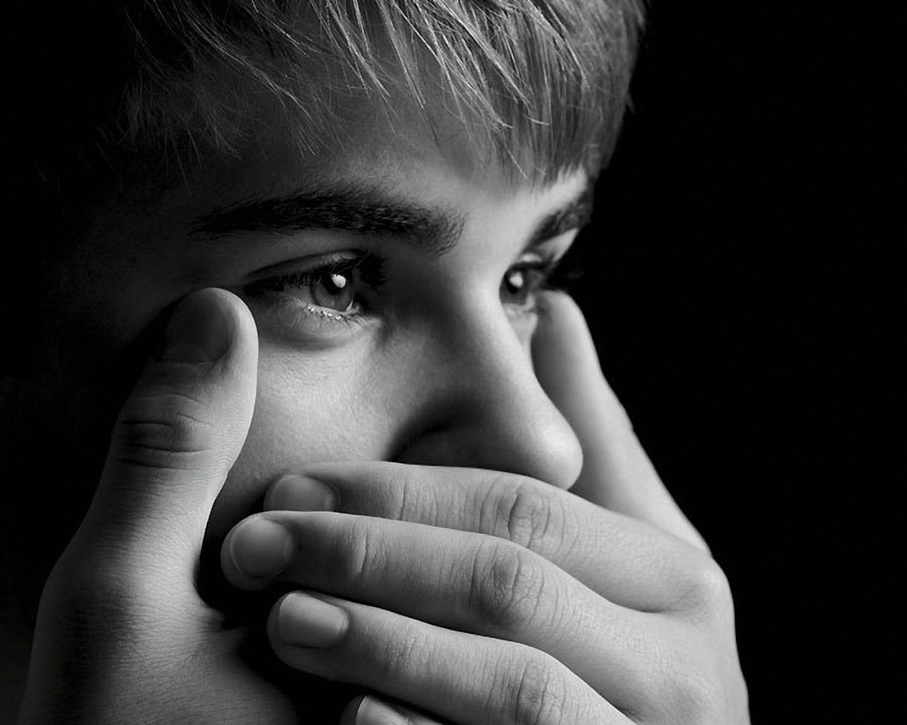 click to free download the wallpaper--Man Wallpaper, Justin Bieber with Shinning Eyes, Mouth Covered with Finger 1280X1024 free wallpaper download