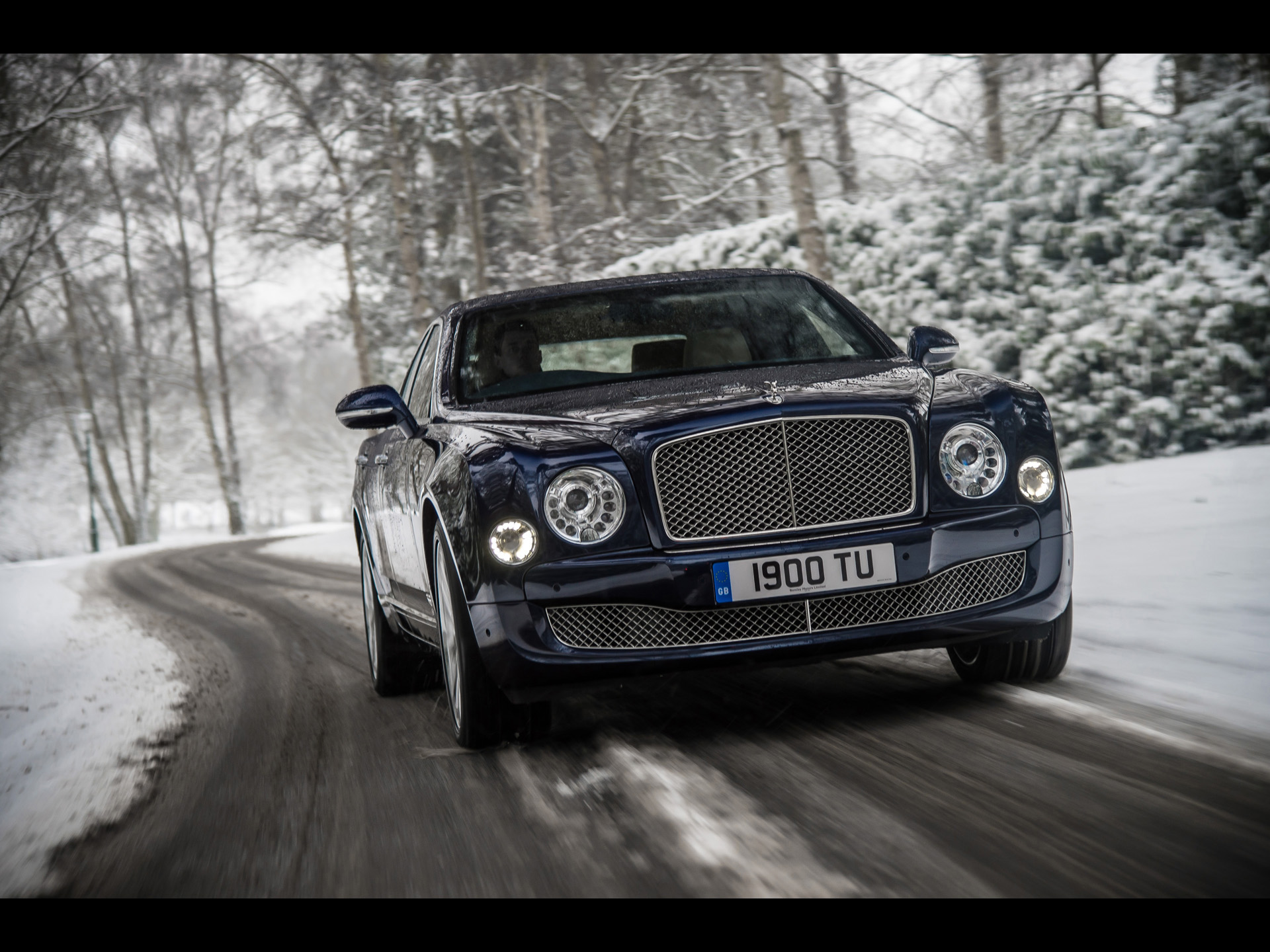 click to free download the wallpaper--Royal Car Images of Bentley Mulsanne, Blue and Decent Car Turning a Corner, Graceful Enough 1920X1440 free wallpaper download