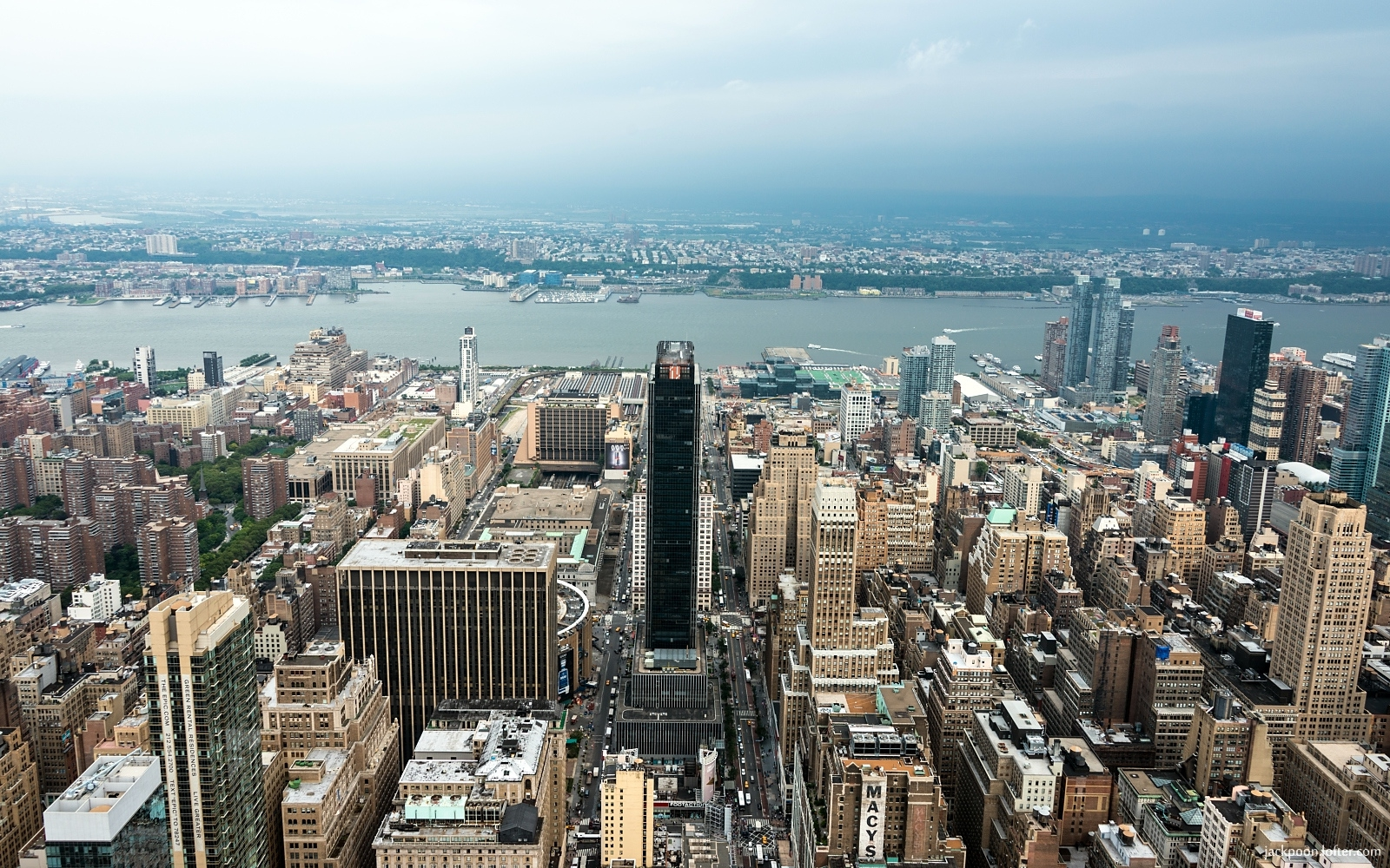 click to free download the wallpaper--The Empire State Building in Midtown Manhattan 1680X1050 free wallpaper download