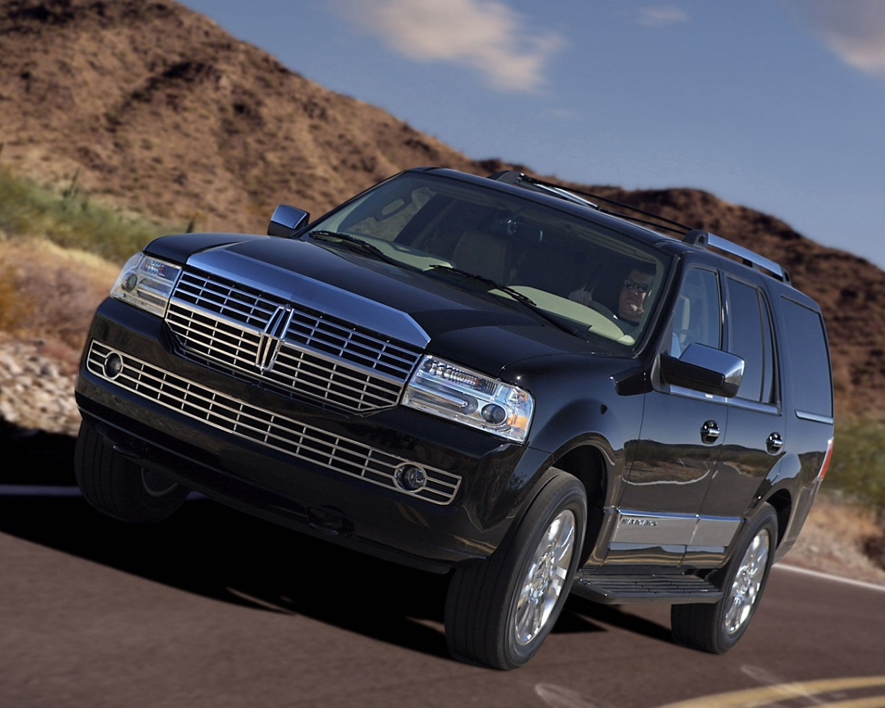 click to free download the wallpaper--Top Cars Image, Lincoln Navigator in the Run, Impressive and Decent Car 1280X1024 free wallpaper download