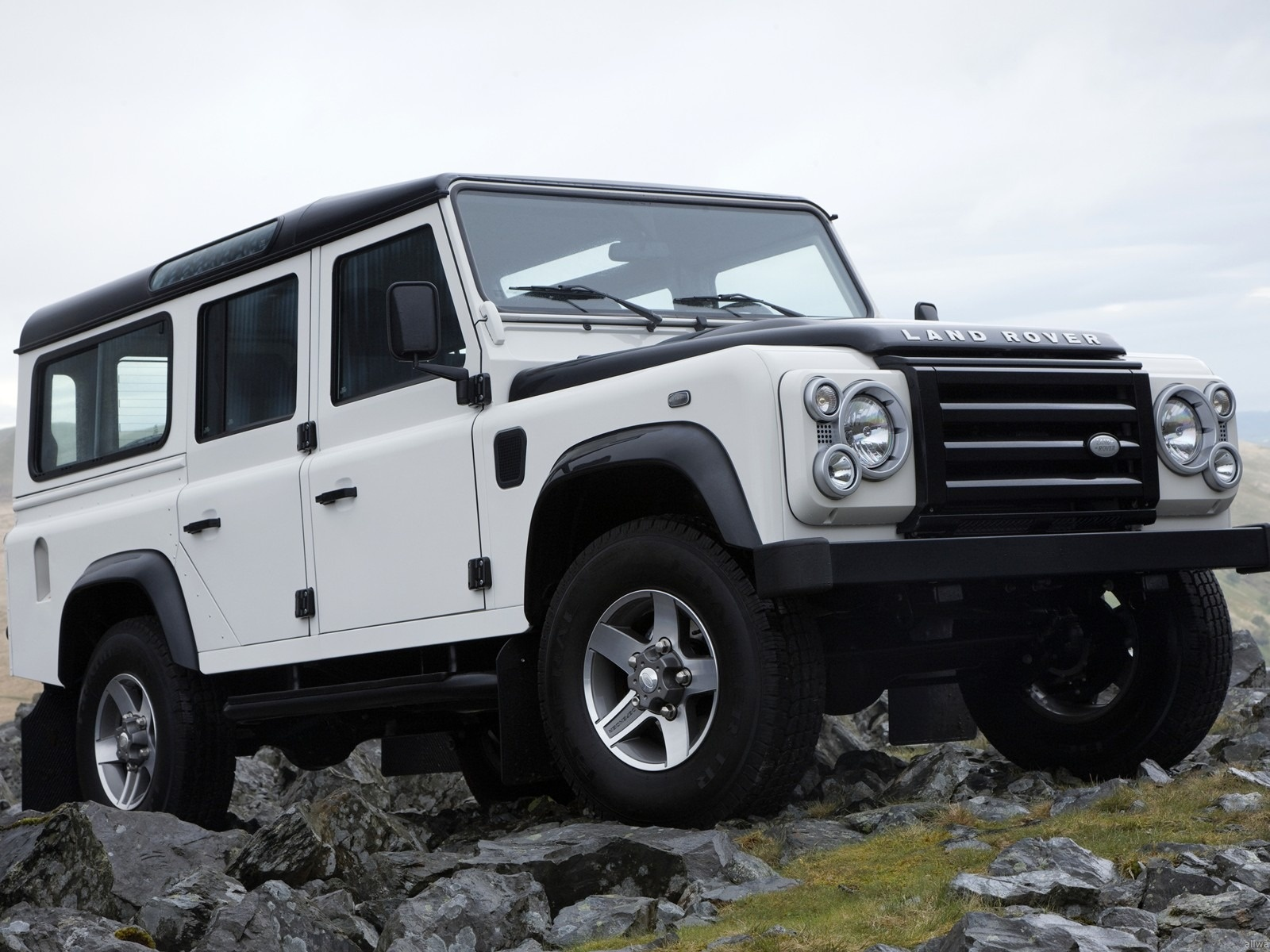 click to free download the wallpaper--Top Cars Pic, Land Rover in Jeep Front, Steady Run on Big Rocks 1600X1200 free wallpaper download
