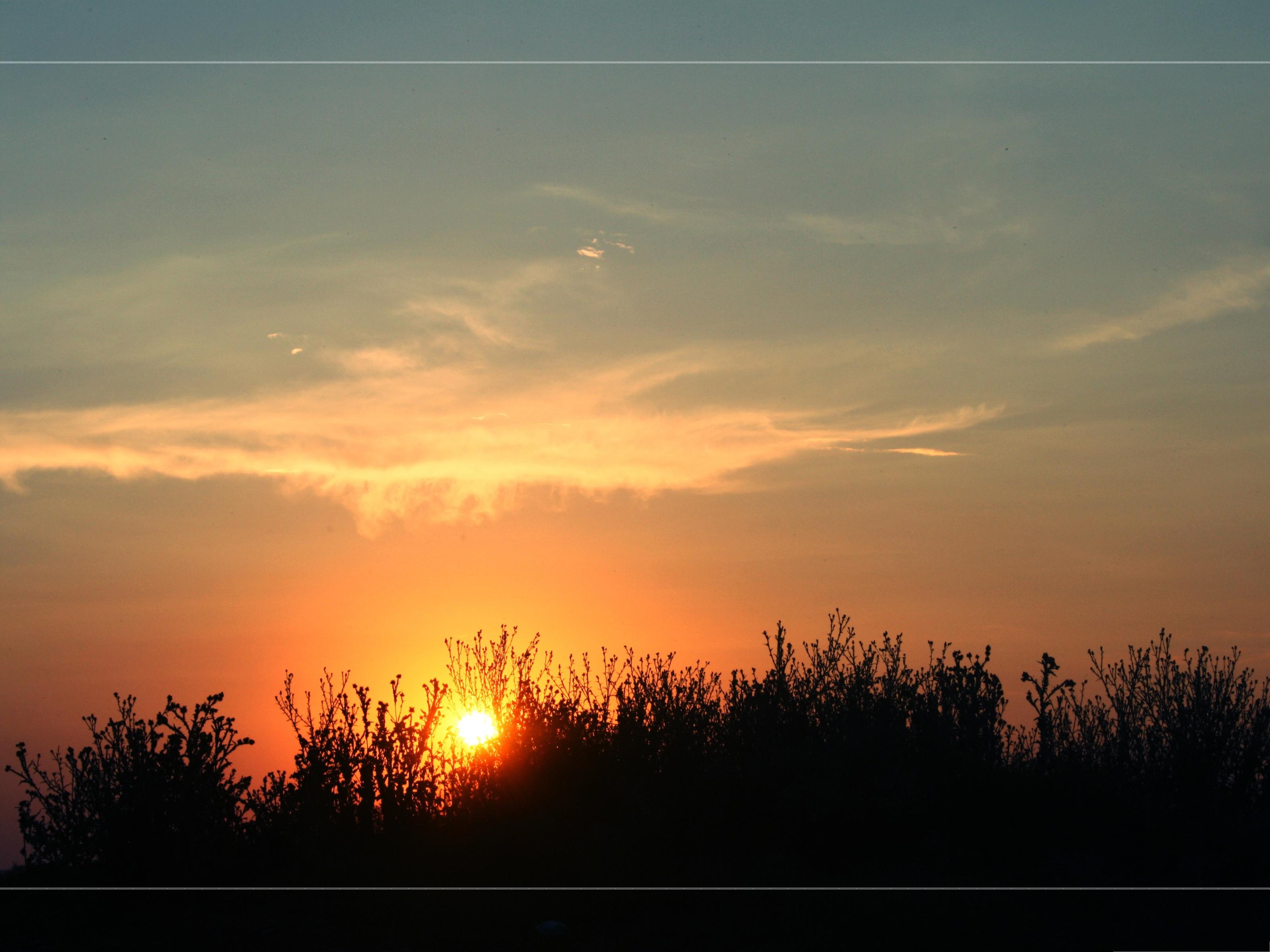 Rising sun embracing the dark sky 3200x2400 free wallpaper download