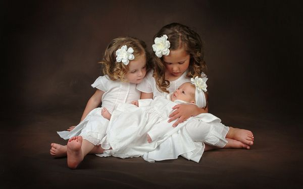 click to free download the wallpaper---3 Baby Girls in White Dress and Flower, the Little One is Taken Good Care of, They are Like Angels - Cute Babies Wallpaper