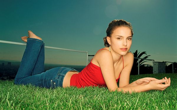 click to free download the wallpaper--Actress Pictures Hot, Natalie Portman Outdoor, Loves Being Close to Nature