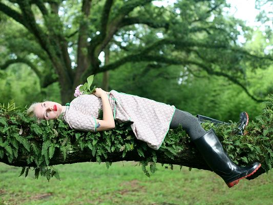 click to free download the wallpaper--Amazing Girls Picture, Lying on Tree Branch, in Rubber Boots