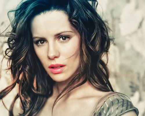 click to free download the wallpaper--Amazing Image of TV Show, Kate Beckinsale in Snowy White Skin and Messy Hair, Shinning Attractive Eyes