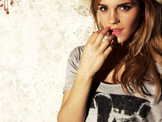 click to free download the wallpaper--Amazing TV & Movie Pic, Emma Watson with Beautiful Eyes, Fingers Put Close to Her Lip