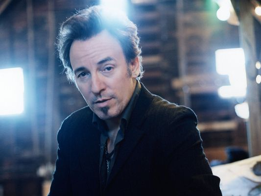 click to free download the wallpaper--Amazing TV Shows Image, Bruce Springsteen in Black Suit, Nice-Looking Guy