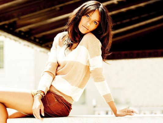 click to free download the wallpaper--Amazing TV Shows Pic, Emanuela de Paula in Casual Clothes, Sunshine All Over Her