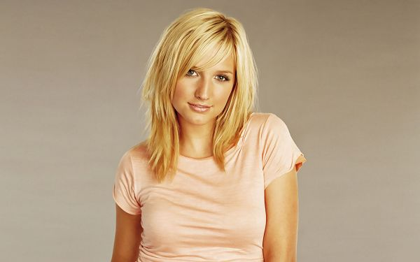 Ashlee Simpson HD Post in Pixel of 1920x1200, a Beautiful and Sweet Lady in Blonde Hair, Facial Expression is Peaceful, She is Quite Impressive - TV & Movies Post