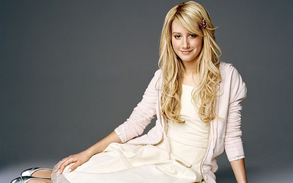 Ashley Tisdale HD Post in Pixel of 1440x900, Girl in Simple White Dress and Sweet Smile, She Shall Strike Quite an Impression - TV & Movies Post