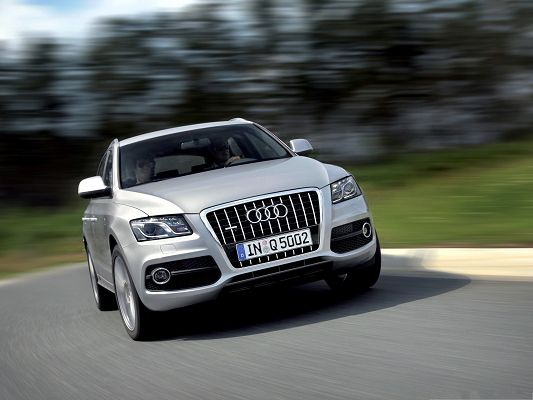 click to free download the wallpaper--Audi Q5 as Wallpaper, Silver Super Car in the Run, Dizzy Scene Around