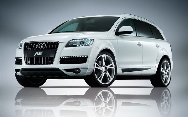 click to free download the wallpaper--Audi Q7 HD Post in Pixel of 1920x1200, Front Wheels Turning Right, the Whole Car is Reflected on the Clear and Simple Background - HD Cars Wallpaper