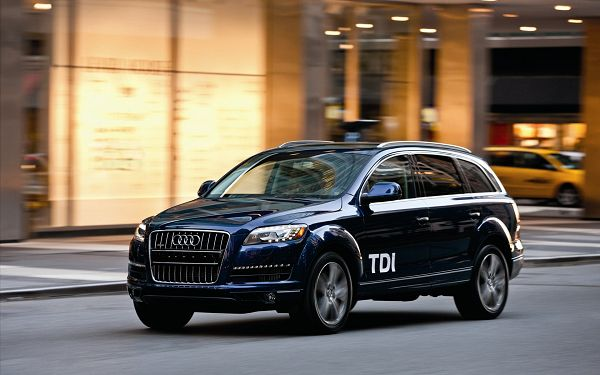 click to free download the wallpaper--Audi Q7 in Its Full Speed, the Car is Indeed Cool in the Look, And It Offers Comfortable Driving Experience - HD Cars Wallpaper