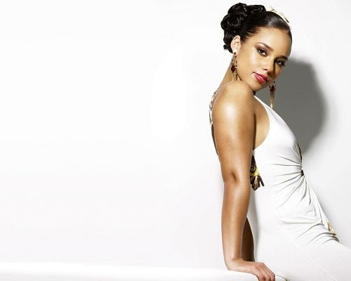 click to free download the wallpaper--Beautiful Actresses Pics, Alicia Keys in White and Tight Dress, Looking Directly at the Screen