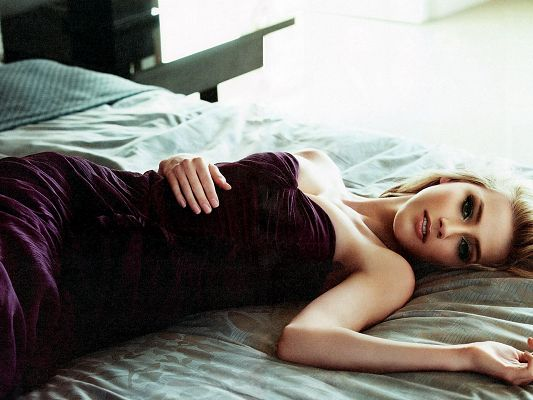 Beautiful Actresses Wallpaper, Amber Heard Lying on Bed, Inviting Eyesight, No Need to Wait