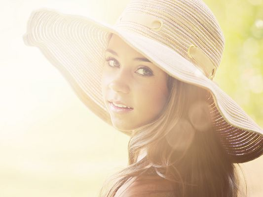 click to free download the wallpaper--Beautiful Girl Photography, Turning Back in Summer Hat, Kind and Sweet Look