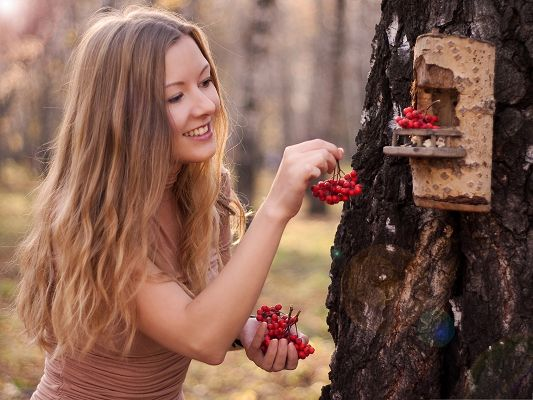 Beautiful Girl Pics, Blond Beauty Outdoor, Feeding the Birds