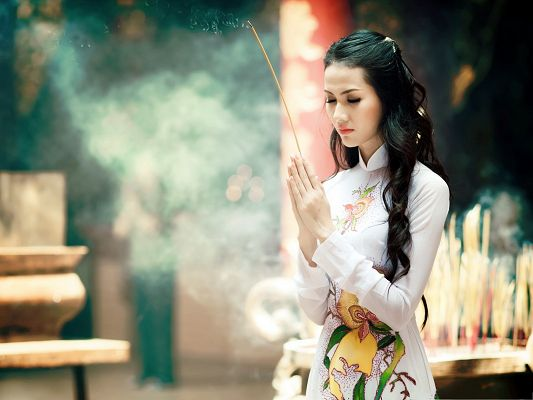 click to free download the wallpaper--Beautiful Girl Pics, Nice Girl in White Cheongsam, Making a Pray