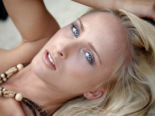 click to free download the wallpaper--Beautiful Girl Picture, Nice Girl in Necklace, Blue Eyes