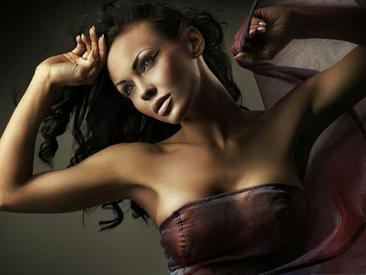 click to free download the wallpaper--Beautiful Girls Image, in Silk Outfit, Healthy Skin Color