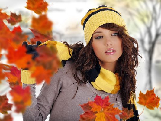 click to free download the wallpaper--Beautiful Girls Image, in Thick Cosmetics and Brown Leaves, She is Impressive