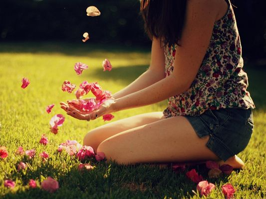 click to free download the wallpaper--Beautiful Girls Outdoor, Kneeling on Green Grass, Play with Pink Flowers