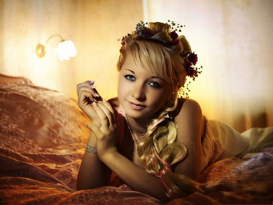 click to free download the wallpaper--Beautiful Girls Picture, Blonde Girl Lying, Like Princess