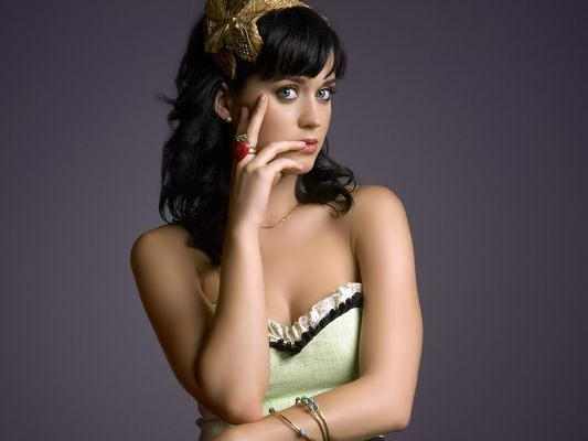 Beautiful Images of Artists, Katy Perry in Green Dress, She is the Sweet Princess