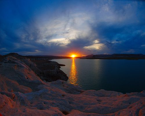 click to free download the wallpaper--Beautiful Images of Landscape, Lake Powell, the Setting Sun, Golden Light on the Surface