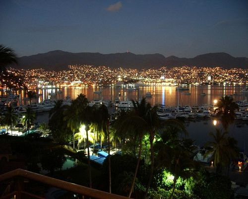 click to free download the wallpaper--Beautiful Landscape of the World, Night of Acapulco,Peaceful and Lighted Up, Enjoy the Scene!