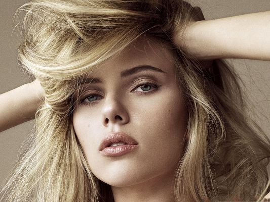 Beautiful Scarlett Johansson, Blond Hair and Nice Face, Gain Utmost Attention