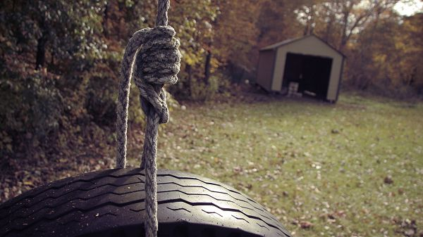 click to free download the wallpaper--Beautiful Scenes of Nature - A Large Tire Holded Up by a Thick Rope, Fallen Leaves, Safe and Secured