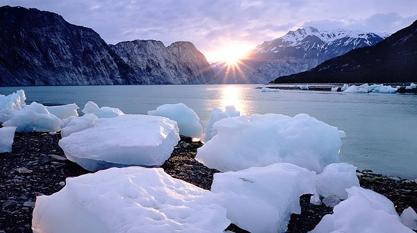 Beautiful Sea Scenery - The Rising Sun, the Peaceful Sea, White Ice by the Seaside, Combine an Incredible Scene