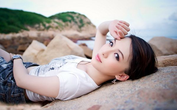 click to free download the wallpaper--Beauty in Neat Hair and Big Shinning Eyes, Lying on Beach, It Must be a Clean and Comfortable Place - HD Attractive Girls Wallpaper