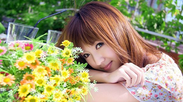 Big Eyes Blink As If They Shine, With Sunlight and Colorful Flowers All Around, the Girl Remains Attractive - HD Attractive Girls Wallpaper