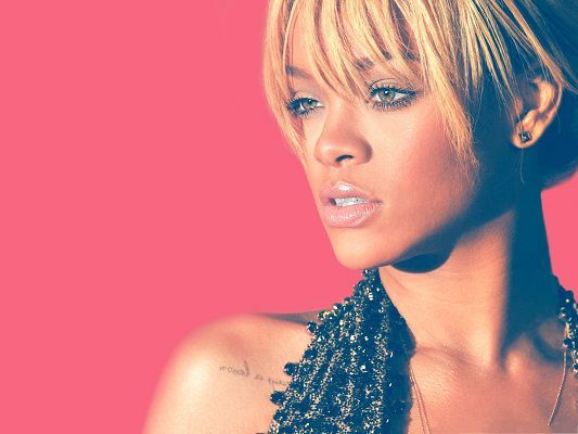 click to free download the wallpaper--Blonde Beauty Wallpaper, Beautiful Rihanna with Impressive Eyes, Sweet Beauty!