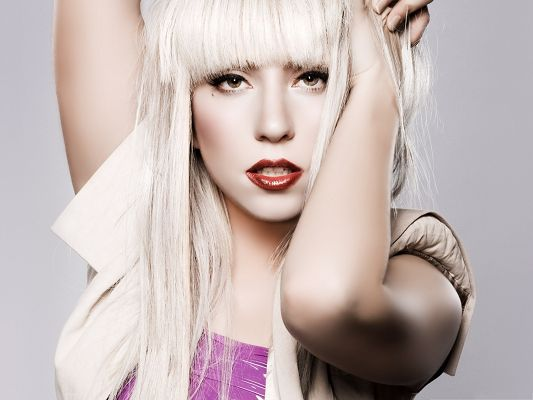 click to free download the wallpaper--Blonde Lady Gaga, Long Hair and Exquisite Cosmetics, Beautiful and Impressive